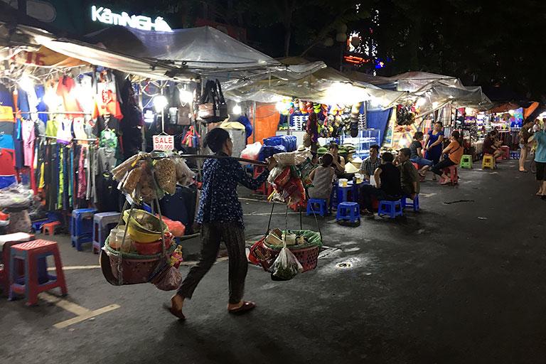 Unterwegs auf dem Nachtmarkt.